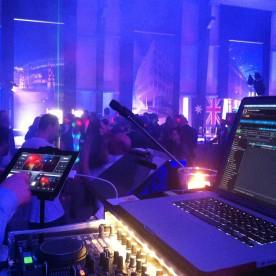 DJanosch Light-Lounge mit VJ-Projektionen für Vector Foiltec